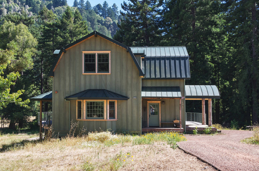 домик в лесу с ломаной крышей
