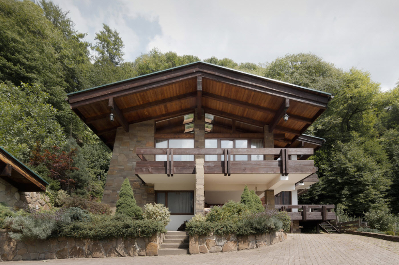 дом в лесу с двускатной крышей