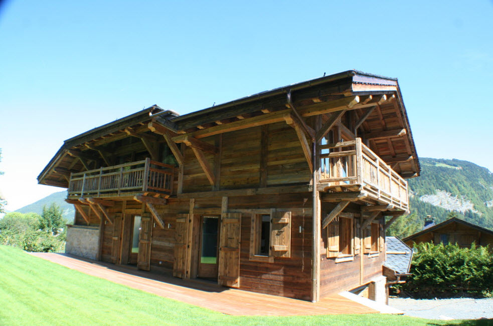 дом с балконами в горах