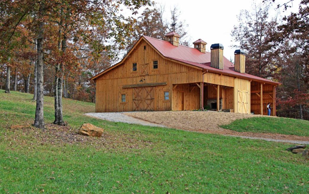 дом с красной крышей в лесу