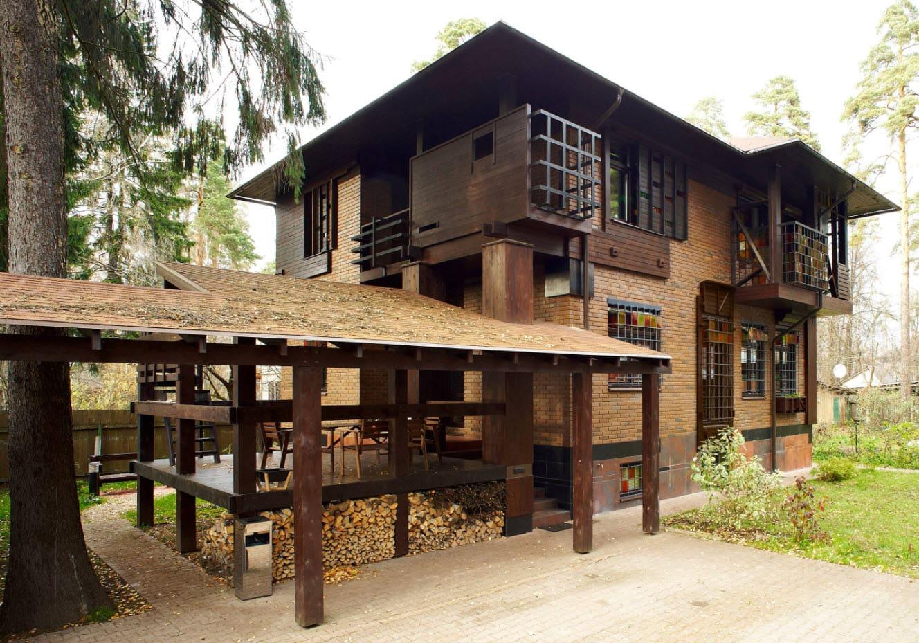 дом с темной крышей в лесу