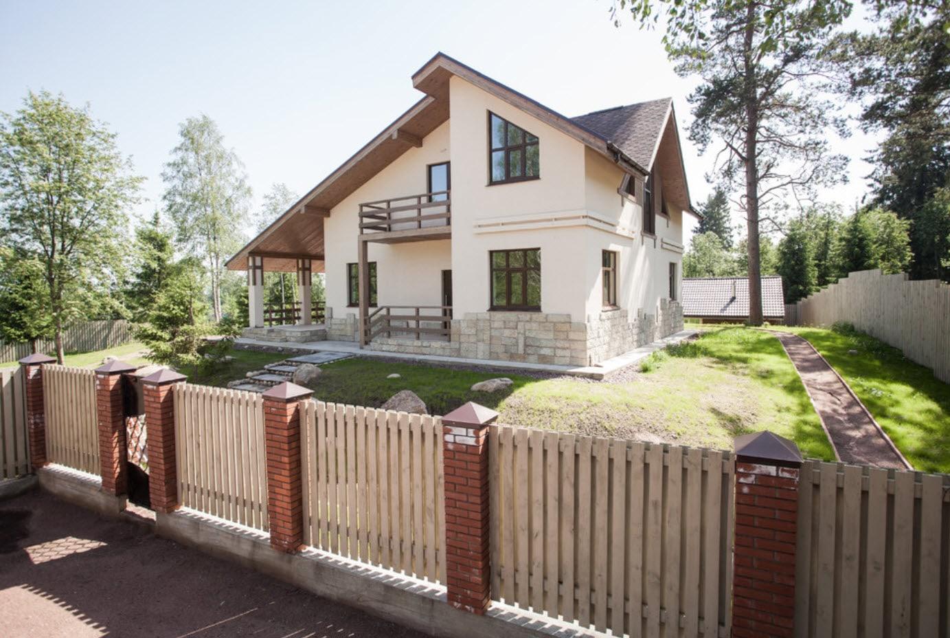 комбинированный тип крыши в деревенском доме