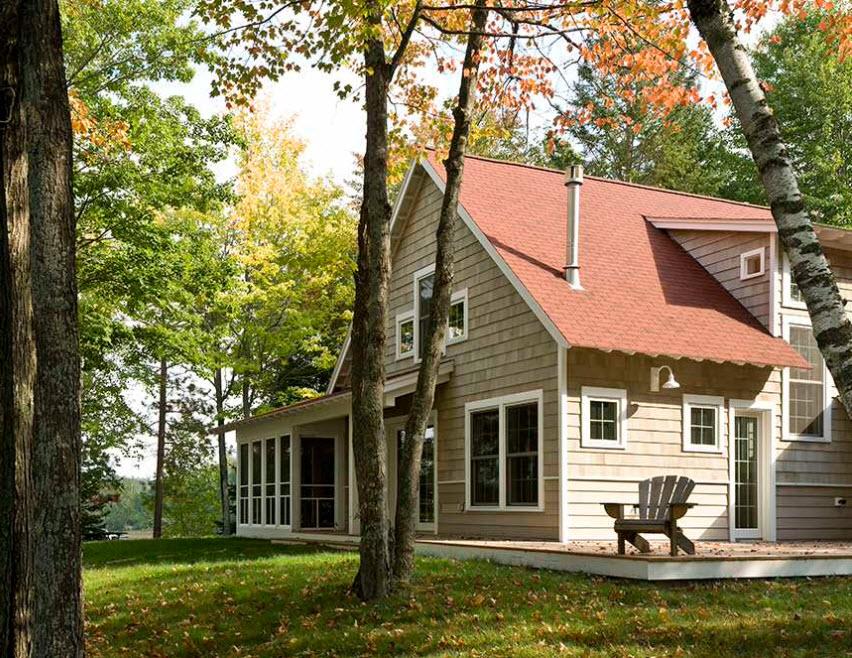 компактный домик с красной крышей