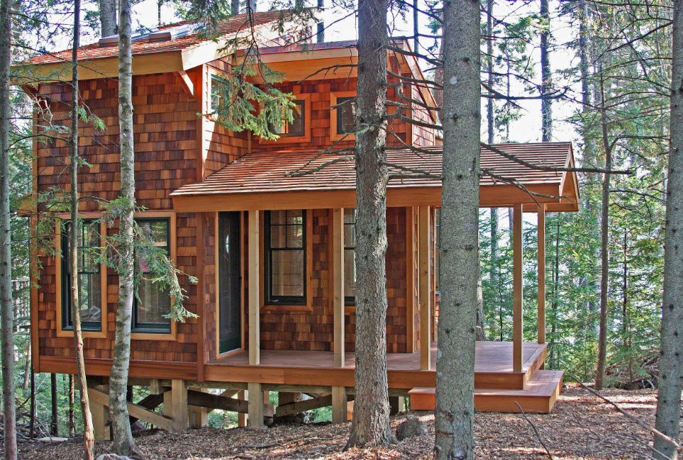 компактный дом в лесу