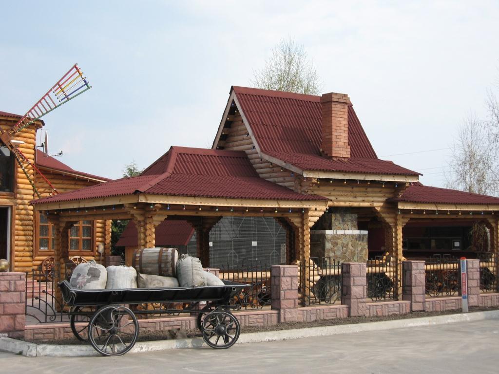 красная крыша из ондулина для деревенского дома