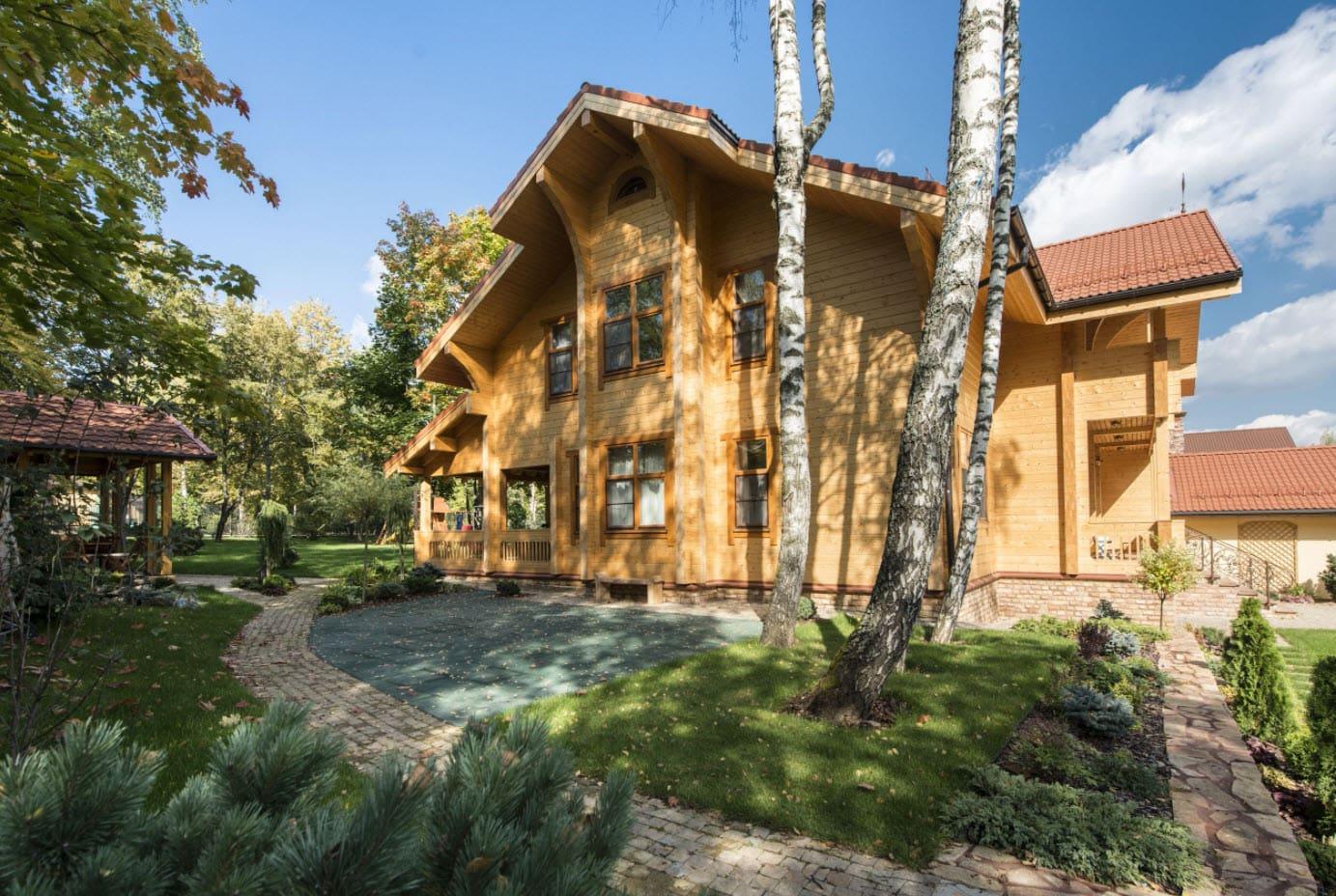 многощипцовая крыша деревянного дома в лесу