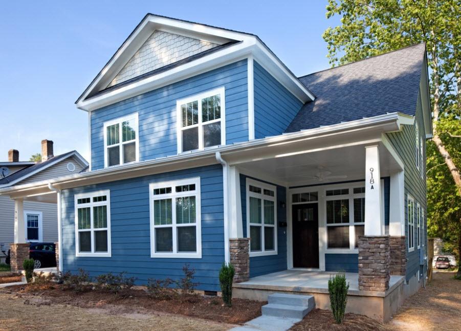 небольшой домик синего цвета
