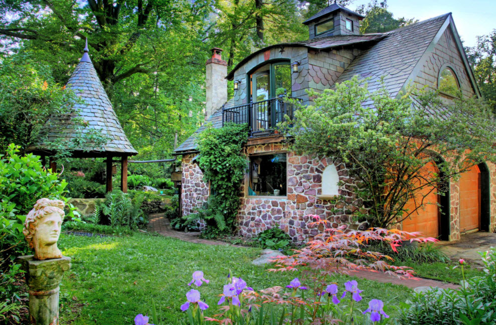 небольшой каменный домик с крышей из мягкой черепицей