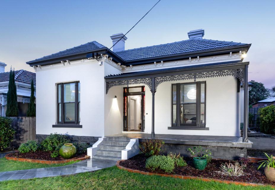 одноэтажный домик с красивой отделкой и крышей синего цвета